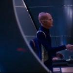 Pike chegando à Discovery e recebido por Saru e Burnham