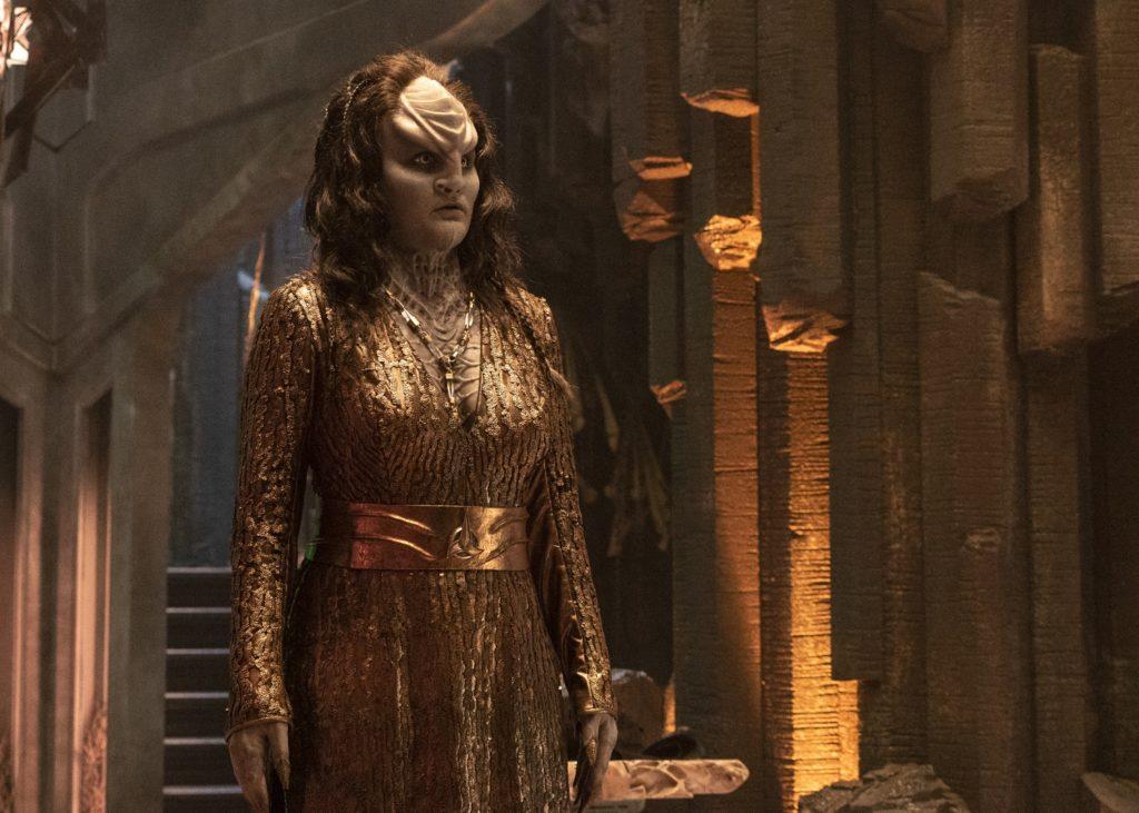 L'Rell em trajes de Chanceler e com longos cabelos.