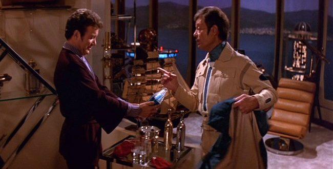 McCoy presentei Kirk com uma garrafa de cerveja romulana